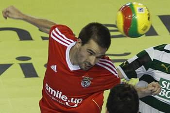 Leitão (D) do Sporting disputa a bola com Gonçalo Alves (E) e Marinho (C) do Benfica durante o quarto jogo da final do Campeonato Nacional de Futsal, disputado no pavilhão Paz e Amizade, em Loures, 17 de junho de 2012.