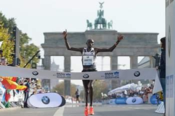Queniano Dennis Kimetto bate recorde do mundo da maratona em Berlim