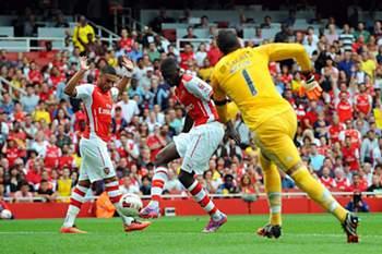 Yaya Sanogo marca frente ao Benfica.
