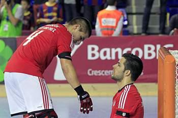 Os jogadores do Benfica, João Rodrigues (D) e Diogo Rafael (E), reagem após perderem o jogo da meia-final da Liga Europeia em Hóquei em Patins contra o Barcelona, disputado no Palau Blaugrana, em Barcelona, Espanha, 03 de maio de 2014.