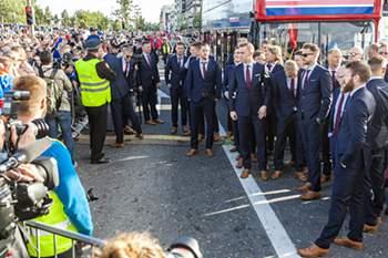 Seleção islandesa recebida em festa em Reiquejavique