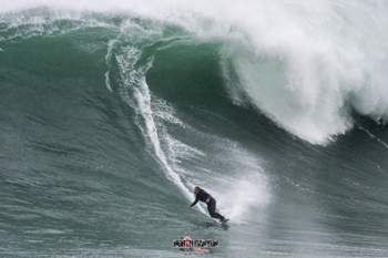 Mau tempo cria ondas gigantes na Praia do Norte