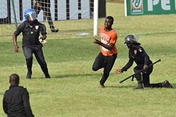 Invasão de campo no Costa do Marfim-Camarões