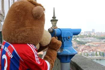 Berni, a mascote do Bayern Munique, rendido ao Porto