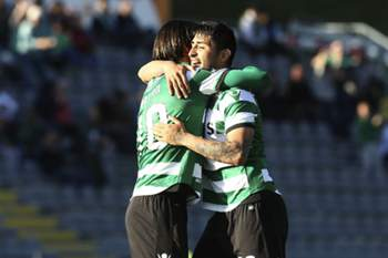 Alan Ruiz abraça Bryan Ruiz