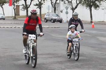 Moçambique: ciclistas homenageiam Samora Machel