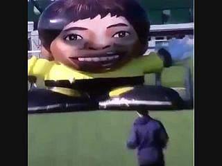 Nem robot gigante consegue defender penáltis de Messi