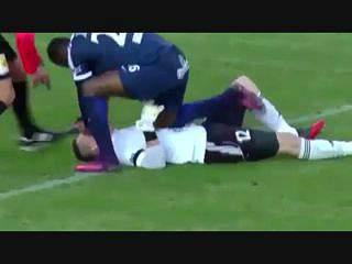 Francis Koné salva jogador em campo