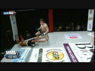 MMA: Quis 'dar baile' ao adversário... e acabou a 'dormir' no tapete