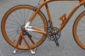 Ex-jogador de futebol exporta conceito de bicicleta de madeira para África
