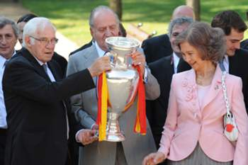 Reis de Espanha e príncipes das Astúrias lamentam morte do treinador