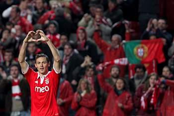 Golo de Matic ao FC Porto candidato a melhor do ano