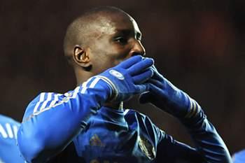 Demba Ba mantém Chelsea na linha da frente