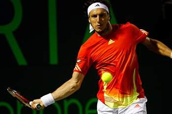 Juan Monaco bate John Isner na final