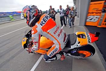 Pedrosa cai em Sachsenring e queixa-se da clavícula