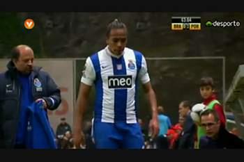 Alvaro Pereira reage mal à substituição em Braga