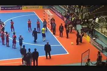 Iranianos homenageiam Falcão depois de vencerem Brasil