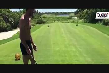 Bale mostra a sua força no golfe