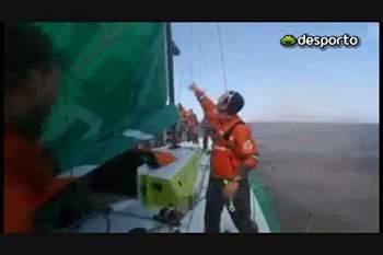 Veleiro Groupama com mastro partido