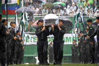 epa05658229 Members of the Brazilian Army carry the coffins of Chapecoense soccer team members and other Brazilians, who died in a plane crash in Colombia, during a funeral ceremony at the Arena Conda stadium, in Chapeco, Brazil, 03 December 2016. 19 members of Brazilian first division soccer team Chapecoense died along with other 52 passagers aboard the aircraft that crashed in Colombia on 29 November 2016. EPA/FERNANDO BIZERRA JR