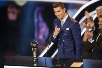 epa05708250 Real Madrid's Portuguese striker Cristiano Ronaldo delivers a speech after winning the FIFA Men's Player of the Year 2016 award during the FIFA Awards 2016 gala at the Swiss TV studio in Zurich, Switzerland, 09 January 2017. EPA/ENNIO LEANZA