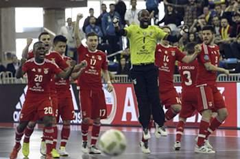 Os jogadores do Benfica festejam a vitória sobre o Pescara na Taça UEFA de Futsal que lhes garantiu o terceiro lugar na competição após jogo no Pavilhão Multiusos de Guadalajara, Espanha, 24 de abril de 2016. (QUALIDADE REDUZIDA) PEPE ZAMORA/EFE/LUSA