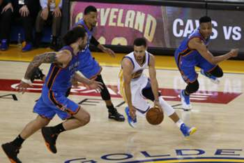 epa05331389 Golden State Warriors guard Stephen Curry (2-R) makes a break as Oklahoma City Thunder center Steven Adams of New Zealand (L) and Oklahoma City Thunder guard Russell Westbrook (R) defend during their NBA Western Conference finals game five at Oracle Arena in Oakland, California, USA, 26 May 2016. EPA/JOHN G. MABANGLO CORBIS OUT