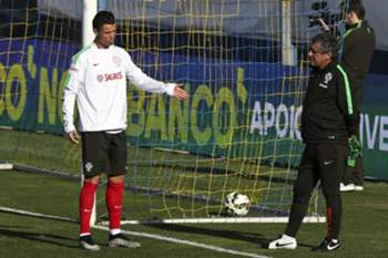 Portugal's head coach Fernando Santos (R) speaks with his player Cristiano Ronaldo (L) during the team's training session in preparation for the upcoming Euro 2016 soccer qualifying soccer match against the Serbian to be held next 29 March, in Estoril outskirts of Lisbon, Portugal, 28 March 2015. INÁCIO ROSA/LUSA