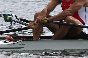 A dupla portuguesa de remo, Pedro Fraga (D) e Nuno Mendes (E), celebra a conquista do terceiro lugar na prova das meias-finais na categoria de Double Scull Peso Ligeiro, dos Jogos Olímpicos, em Eton Dorney, Inglaterra, 02 de agosto de 2012. JOAO RELVAS / LUSA
