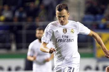 epa05054513 (FILE) A file picture dated 02 December 2015 of Real Madrid's Russian player Denis Cheryshev (L) in action against Sergio Martinez Mantecon (R) of Cadiz FC during the Spanish King's Cup fourth round match at Ramon de Carranza stadium in Cadiz, Spain. Real Madrid have been expelled from the Spanish Cup for fielding an ineligible player, media reports citing the Spanish football federation (FEF) said on 04 December 2015. Denis Cheryshev played in Real's 3-1 win at third division Cadiz despite being suspended for one match in the competition for having picked up three yellow cards in the cup last season when on loan at Villarreal. EPA/RAMON RIOS