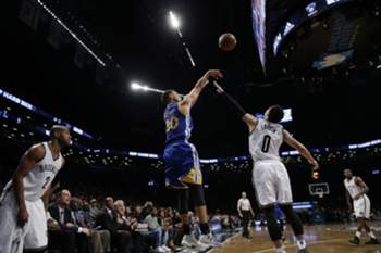 epa05057723 Golden State Warrior guard Stephen Curry (L) shoots over Brooklyn Nets guard Shane Larkin (R) during the second half of their NBA game at the Barclays Center in Brooklyn, New York, USA, 06 December 2015.