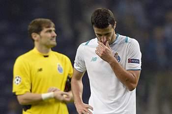 Iván Marcano reage ao apito final do jogo entre FC Porto e Dínamo Kiev.