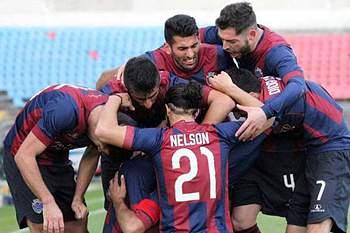 Jogadores do Desportivo de Chaves celebram um golo.