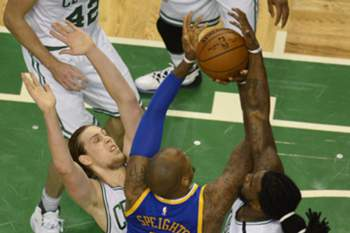epa05065741 Golden State Warriors center Marreese Speights (C) collides with Boston Celtics center Kelly Olynyk of Canada (L) and Boston Celtics forward Jae Crowder (R) during the first half of the NBA game between the Boston Celtics and the Golden State Warriors at the TD Garden in Boston, Massachusetts, USA, 11 December 2015.