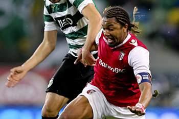 Alan disputa a bola com Maurício do Sporting.