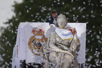 epa05335194 Real Madrid captain, Sergio Ramos celebrates at Cibeles Square in Madrid, Spain, 29 May 2016, after the team's victory in the UEFA Champios League final match against the Atletico Madrid at Giuseppe Meazza Stadium in Milan, Italy, on 28 May.