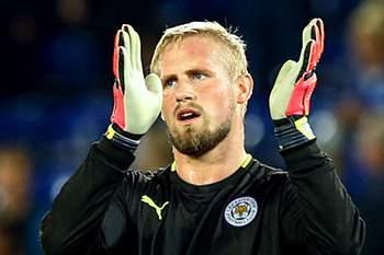 O guarda-redes do Leicester City deve parar durante cerca de um m