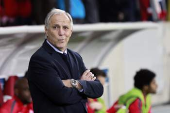 epa04460023 Lille OSC coach Rene Girard reacts during the UEFA Europa League soccer match between Lille OSC and Everton FC at the Pierre Mauroy Stadium in Lille, France, 23 October 2014.