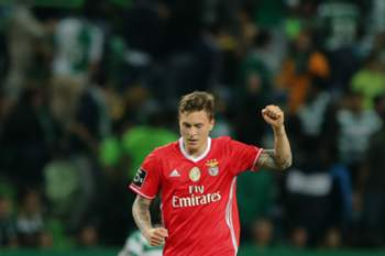 Benfica's Victor Lindelof celebrates after scoring a goal to Sportign CP during the Portuguese First League Soccer match at Alvalade XXI Stadium in Lisbon, Portugal 22 of April 2017. MIGUEL A. LOPES/LUSA