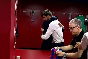 André Gomes abraça o pai de forma emotiva