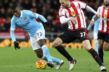 Jan Kirchhoff (R) challenges Manchester City's Kelechi Iheanacho during the English Premier League soccer match between Sunderland and Manchester City at the Stadium of Light in Sunderland, Britain, 02 February 2016.