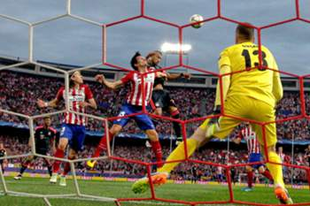 epa05280342 Atletico Madrid's Slovenian goalkeeper Jan Oblak (R) in action during the UEFA Champions League semifinal first leg soccer match between Atletico Madrid and Bayern Munich played at the Vicente Calderon stadium, in Madrid, Spain, 27 April 2016.