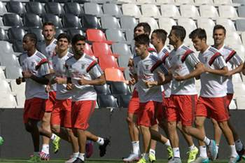 epa04863258 Benfica of Lisbon, Portugal, players work out during a training session at the Azteca stadium in Mexico City, Mexico, 27 July 2015. The team will face Mexican club America on 28 July in the International Champions Cup. EPA/STR
