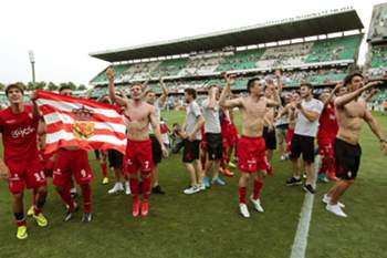 epa04788384 Players of Sporting Gijon celebrate their promotion to Spanish Primera Division after defeating Real Betis in their Spain Liga Adelante league soccer match in Seville, southern Spain, 07 June 2015.
