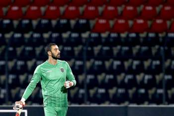 epa05013189 Goalkeeper Rui Patricio of Sporting Lisbon leaves the pitch after getting a red card during the UEFA Europa League group H match, held at Elbasan Arena in Elbasan, Albania, 05 November 2015 EPA/ARMANDO BABANI