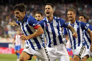 epa05506021 Deportivo Alaves' Manu Alejandro (L) celebrates after scoring against Atletico Madrid during the Spanish Primera Division soccer match between Atletico Madrid and Deportivo Alaves at the Vicente Calderon Stadium, in Madrid, Spain, 21 August 2016.