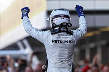 epa05937037 Finnish Formula One driver Valtteri Bottas of Mercedes AMG GP celebrates after winning the Formula One Grand Prix of Russia at the Sochi Autodrom circuit, in Sochi, Russia, 30 April 2017.
