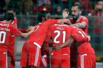 Mitroglou (R) of Benfica and team mates celebrate the scoring of a goal against Moreirense during their Portuguese First League soccer match held at Comendador Joaquim de Almeida Freitas Stadium, Moreira de Cónegos, Portugal, 31st January 2016. HUGO DELGADO/LUSA