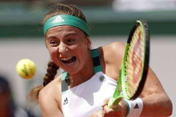 epaselect epa06016684 Jelena Ostapenko of Latvia in action against Timea Bacsinszky of Switzerland during their women's singles semi final match during the French Open tennis tournament at Roland Garros in Paris, France, 08 June 2017. EPA/IAN LANGSDON