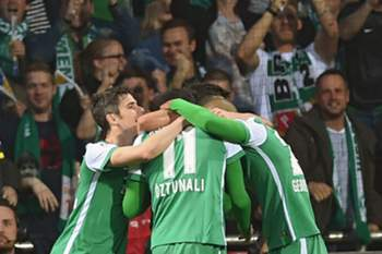 Bremen's Levin Oztunali (C) celebrates his 3-1 goal with teammates Fin Bartels (L) and Zlatko Junuzovic (R) during the German Bundesliga soccer match betweeen SV Werder Bremen and VfB Stuttgart at Weserstadion stadium in Bremen, Germany, 02 May 2016.